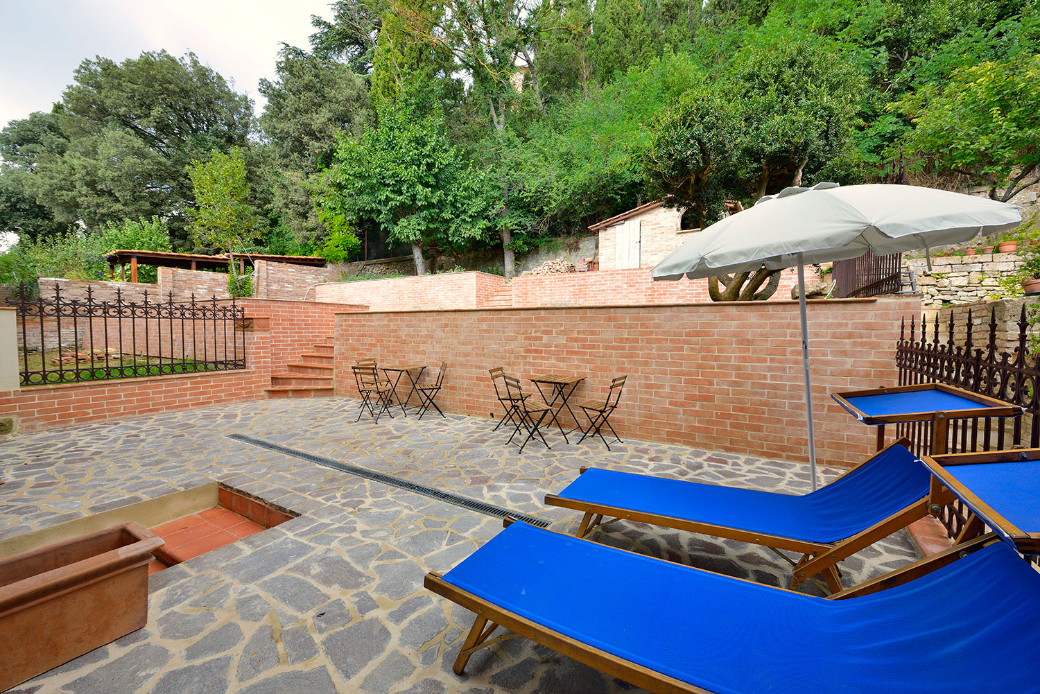 pictures of the garden house apartments in montepulciano